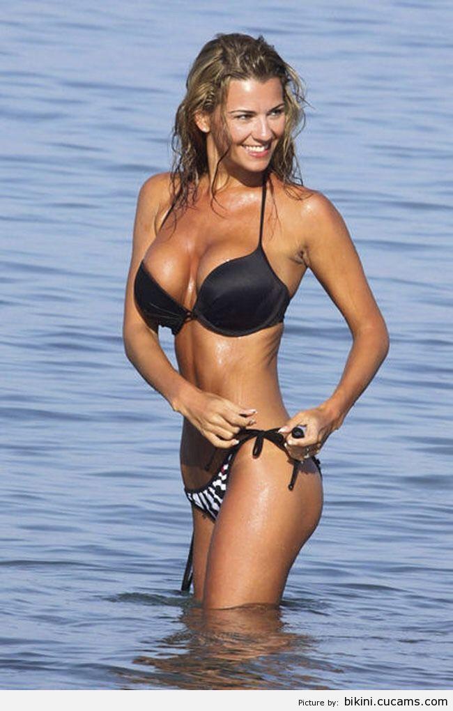 Bikini Mask Peeing by bikini.cucams.com