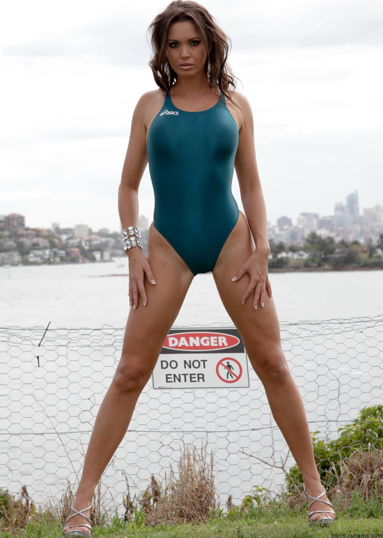 Bikini Pussylips Nerdy by bikini.cucams.com