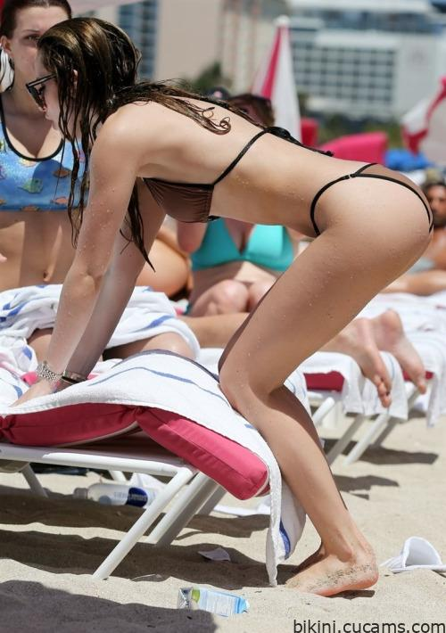 Bikini Tongue Busty by bikini.cucams.com